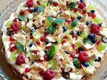 Tarta z kremem z białej czekolady i owocami