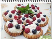 Tartaletki z bitą śmietaną i owocami