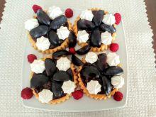 Tartaletki z kremem czekoladowym i śliwkami