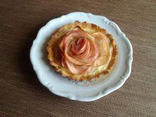Tarteletki z budyniem i jabłkową różą