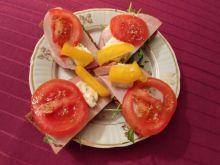 Tartinki z polędwicą, gorgonzolą i warzywami