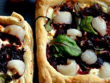 Tarty z botwiną, serem feta oraz liczi