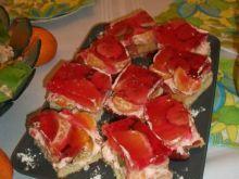 Teczowe ciasto z egzotycznych owoców