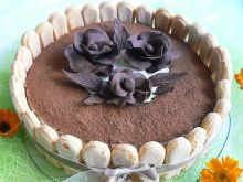 Torcik tiramisu z różami czekoladowymi