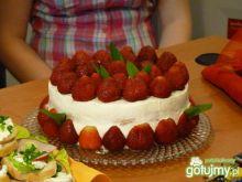Tort bezowo- truskawkowy