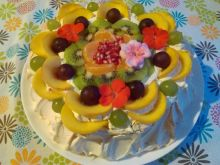 Tort bezowy z kremem i owocami