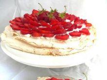 Tort bezowy z truskawkami.