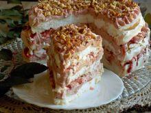 Tort bezowy ze śliwkami