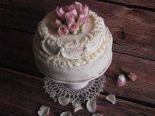 Tort cappuccino z żywymi kwiatami