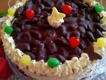 Tort czekoladowy o smaku coli z daktylami