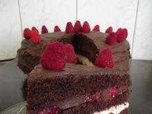 Tort czekoladowy ze śmietaną i malinami