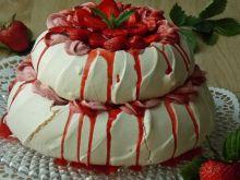 Tort Pavlova z pieczonymi truskawkami