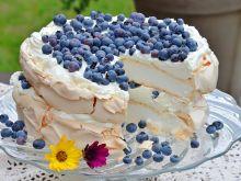 Tort Pavlowej z borówkami