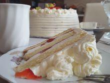 Tort śmiatanowy z truskawkami