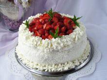 Tort śmietankowo czekoladowy z truskawkami