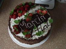 Tort śmietankowo truskawkowy z czekoladą