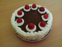 Tort śmietanowo -  truskawkowy z czekoladą