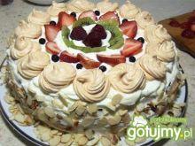Tort śmietanowy z owocami i domową bezą