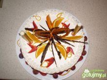 Tort śmietanowy ze świeżymi truskawkami
