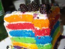 Tort tęczowy z jeżynami i borówkami
