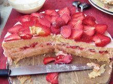 Tort truskawkowo - bananowy z bezą
