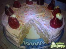 Tort truskawkowy z ananasem i truskawką