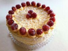 Tort z bitą śmietaną i winogronami w cukrze