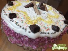 Tort z cukierkami