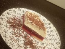 Tort z musem malinowym i masą chałwową