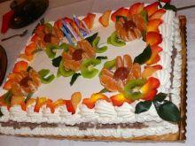 Tort z płatkami róży na urodziny