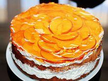 Tort ze śmietaną brzoskwiniami i galaretką