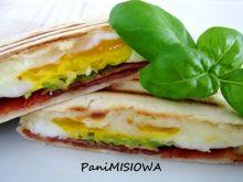 Tortilla śniadaniowa z jajem i chrupiącym boczkiem