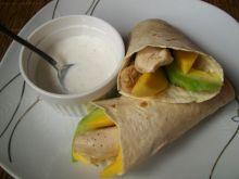 Tortilla z kurczakiem w towarzystwie owoców