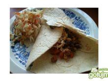 Tortilla z mięsem mielonym i warzywami.