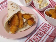 Tortilla z nuggetami i sałatką