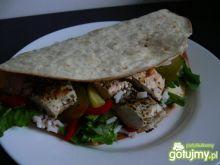 Tortilla z ryżem i grillowanym kurczakie