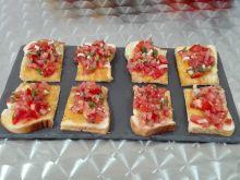 Tost a'la bruschetta z pomidorami