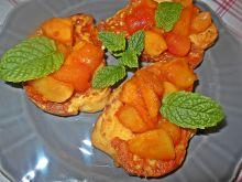 Tosty z chałki ze smażonymi brzoskwiniami i mango