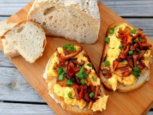 Tosty z jajecznicą i kurkami