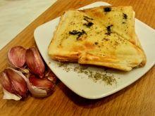 Tosty z masłem czosnkowym