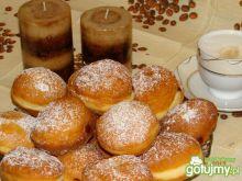 Tradycyjne pączki z powidłem wiśniowym