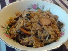 Tradycyjny bigos z mięsem, grzybami i śliwkami