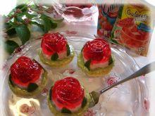 Truskawkowe różyczki na jaglanym spodzie