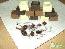 Trzykolorowe czekoladki z dodatkami