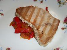 Tuńczyk z papryką i cebulą