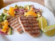 Tuńczyk z salsą z awokado, limonki i pomarańczy