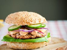 Tuńczykowy burger w sezamie  z avocado