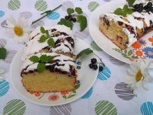 Ucierane ciasto z czarnymi porzeczkami i lukrem
