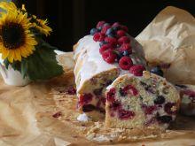 Ucierane ciasto z malinami i borówką