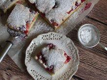 Ucierane ciasto z rabarbarem i porzeczkami